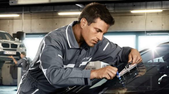 BMW自動車保険に加入するメリット①:フロント・ガラス/ドア・ミラーを保証する「BMW EXTRA CARE」